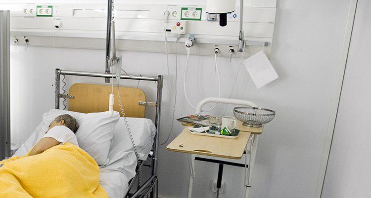 En sjuk kvinna i en säng.