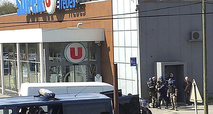 Poliser vid köpcentret där terroristen slog till