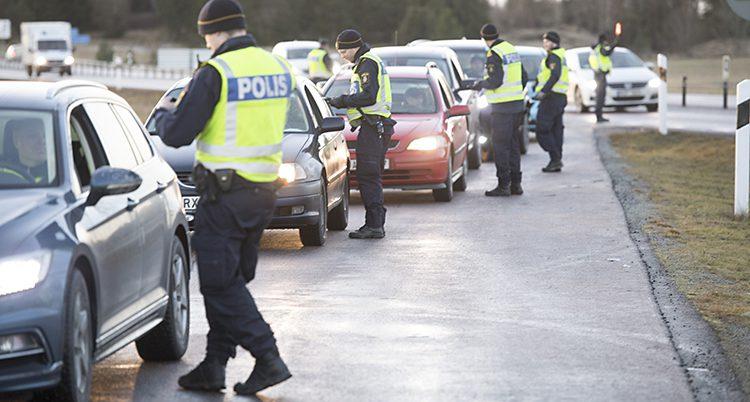 Poliser kontrollerar bilförare.