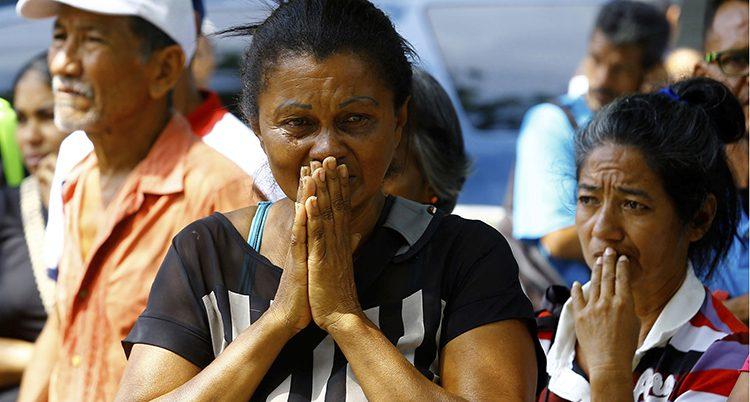Släktingar och vänner sörjer den som dog i branden