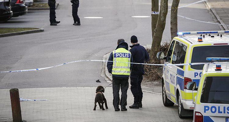 Poliser på platsen där mannen sköts