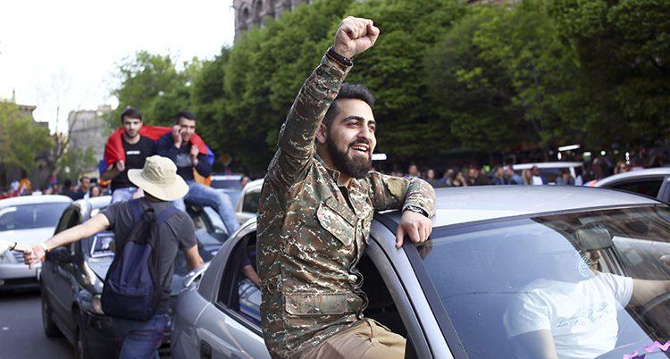 Folk firar att Armeniens premiärminister slutar