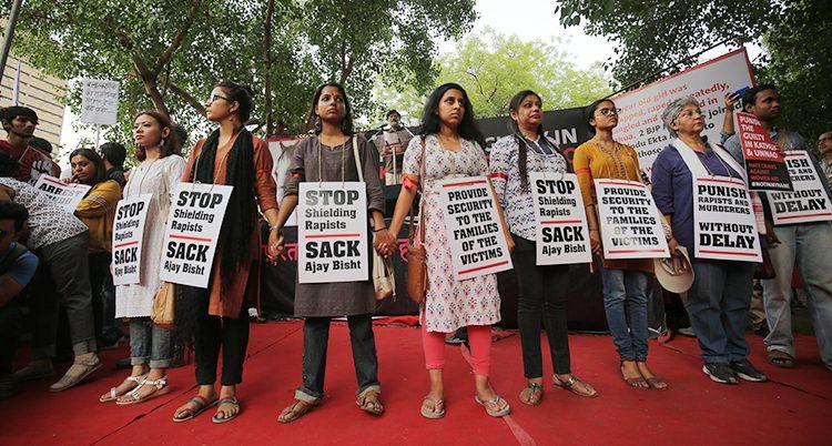 Indiska kvinnor protesterar mot sexbrott