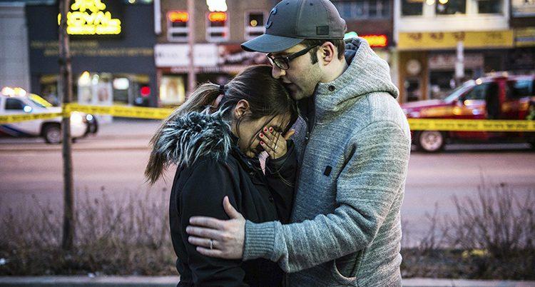 Människor tröstar varandra efter attacken