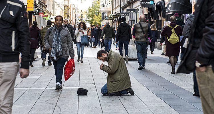 En man tigger pengar i Stockholm.
