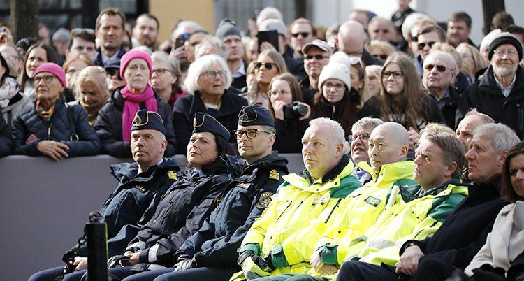 Poliser och räddningsarbetare vid minneskonserten