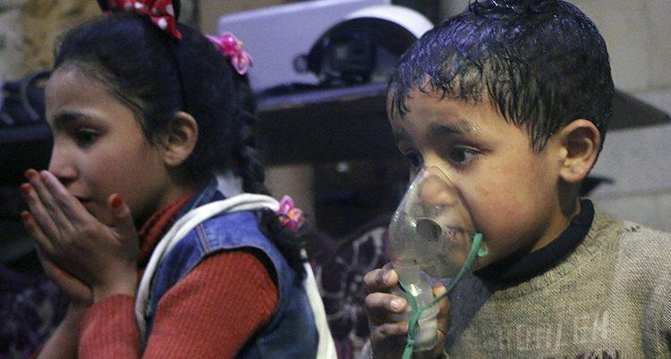 En liten pojke får hjälp att andas efter attacken.