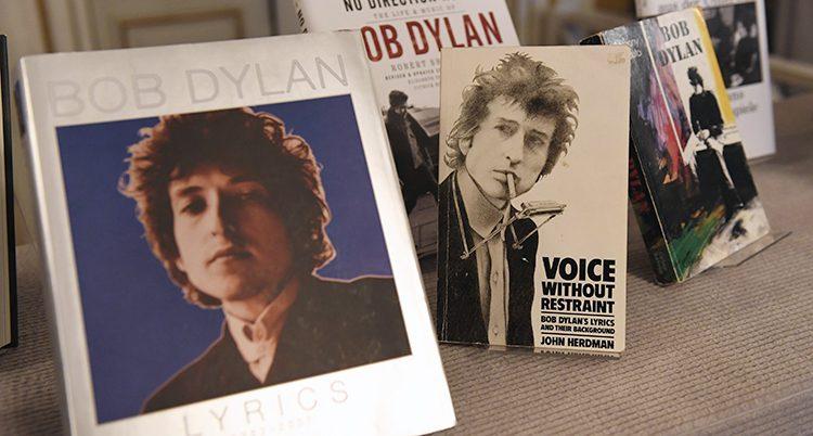 Böcker av Bob Dylan uppställda på ett bord.