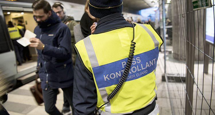 Poliser och kontrollanter vid gränsen