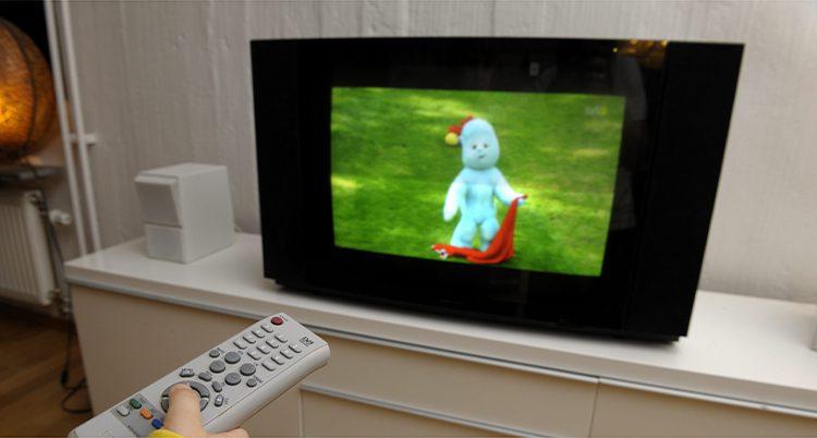 Ett barn tittar på tv