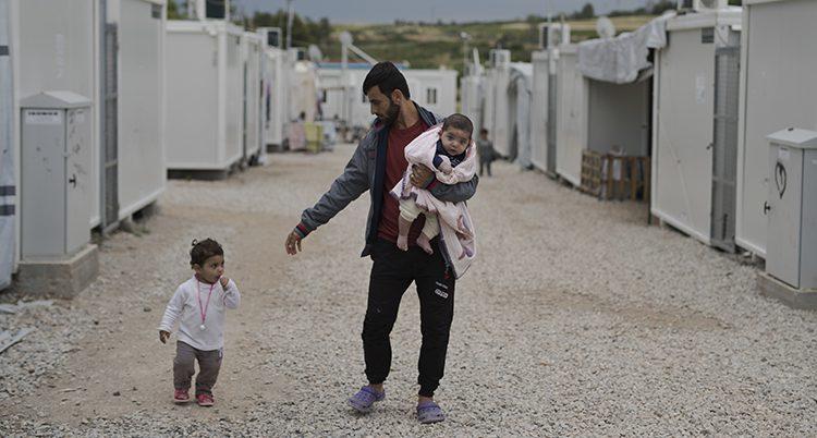 En man i ett läger för flyktingar i Grekland