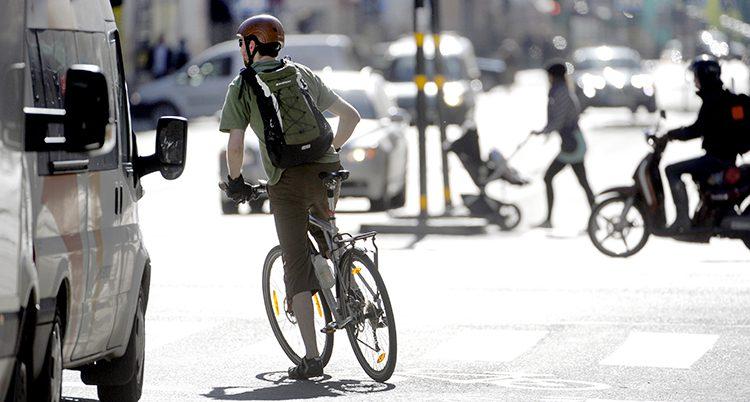 En man cyklar