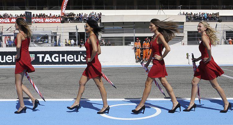 Snygga kvinnor arbetar på en tävling