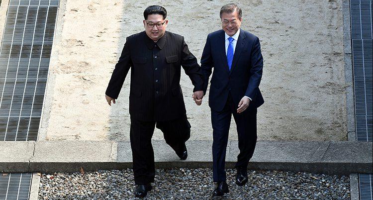 Ledarna går hand i hand. Foto: TT