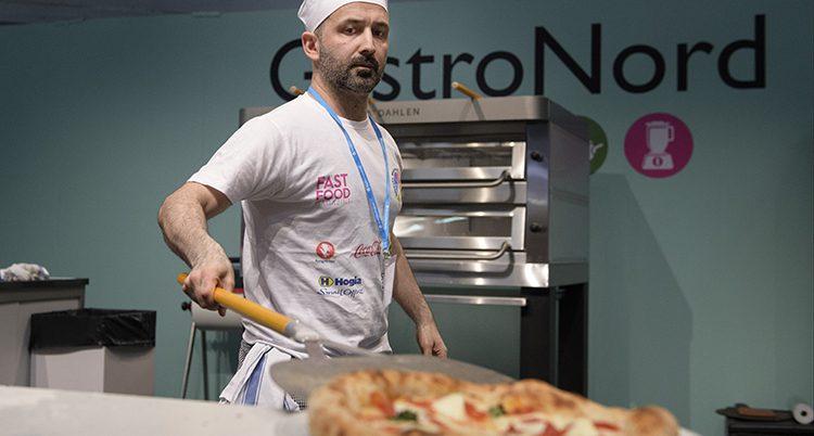 Amir Bozaghian bakar pizza.