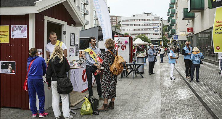 Valstugor på Liljeholmstorget i Stockholm före valet 2014.