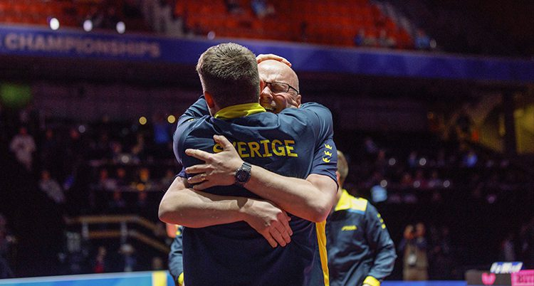 Spelarna kramar om varandra.