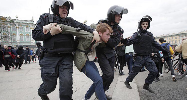 Ryska poliser griper en ung man