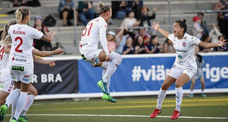 Rosengårds spelare firar mål