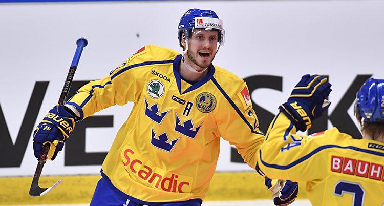 Sveriges Oliver Ekman-Larsson ser glad ut på planen.