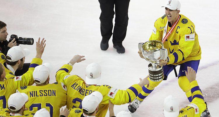 Det svenska laget firar VM-guldet