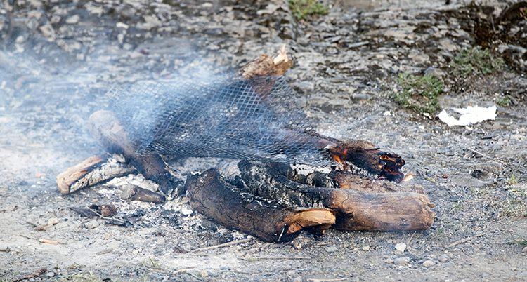 En utbrunnen eld på en berghäll