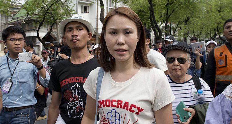 Folk demonstrerar i staden Bangkok