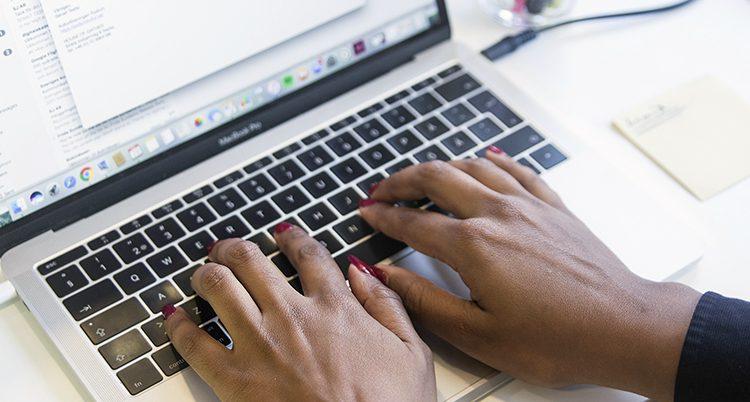 En kvinna vid datorn