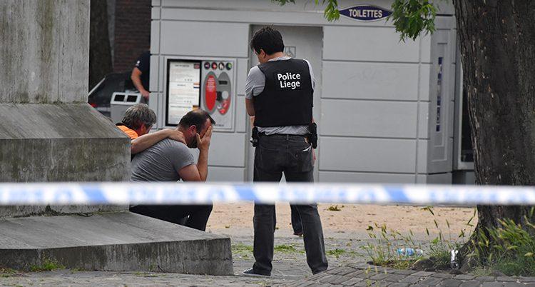 En polis på platsen där folk dödades