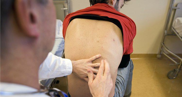 En man undersöks av läkare