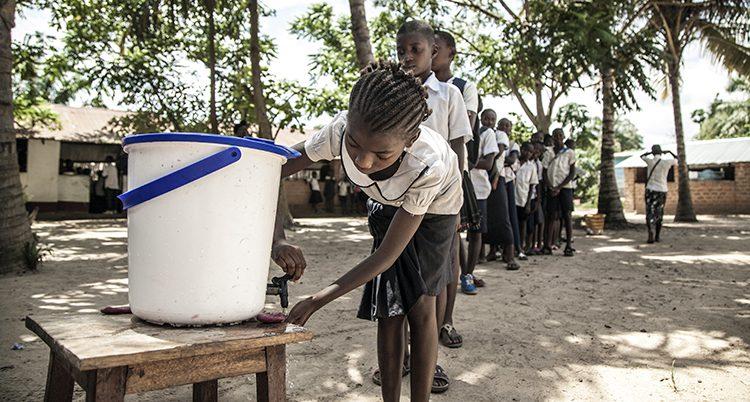 Skolflickor i Kongo-Kinshasa tvättar sina händer