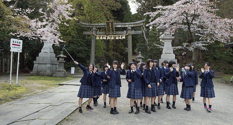 Japanska flickor i skoluniform.