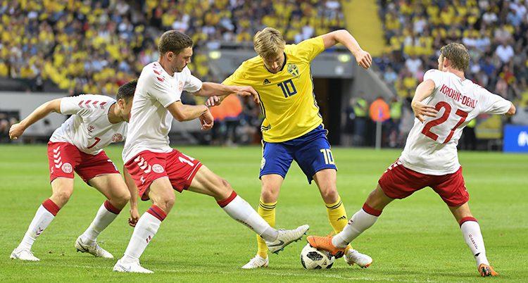 Emil Forsberg med tre danska spelare i matchen mot Danmark.