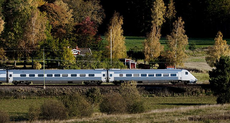 Ett tåg åker i närheten av Gnesta.