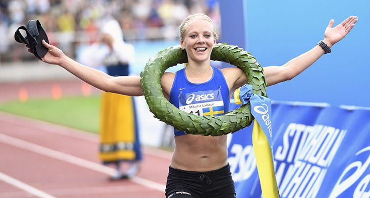 Mikaela Larsson med vinnarkrans runt halsen.