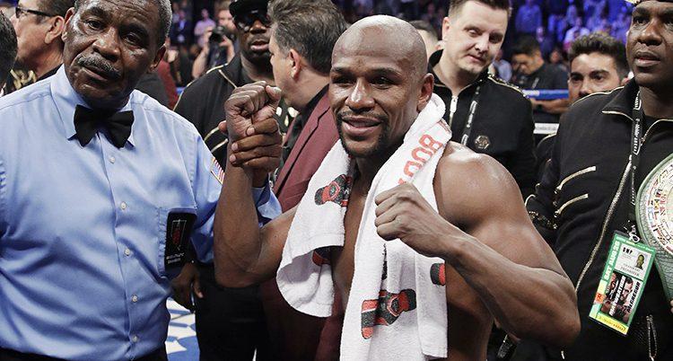 Boxaren Floyd Mayweather med bar överkropp och en handduk runt halsen.