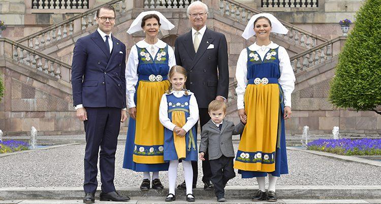 Kungen och Silvia med Daniel och Victoria och deras två barn. Kvinnorna har folkdräkter i gult och blått. Männen har kostym.