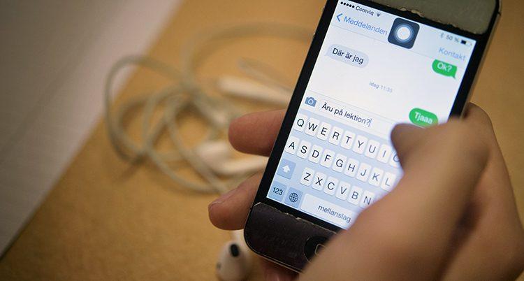 En hand som håller i en mobil med ett meddelande i mobilen.