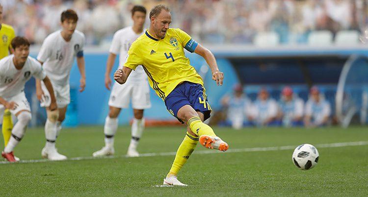 Fotbollsspelaren Andreas Granqvist slår en straff.