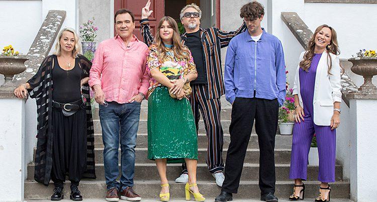 Louise Hoffsten, Christer Sjögren, Linnéa Henriksson, Eric Gadd, Albin Lee Meldau och Charlotte Perrelli på en trappa till huset där de ska bo på Gotland.