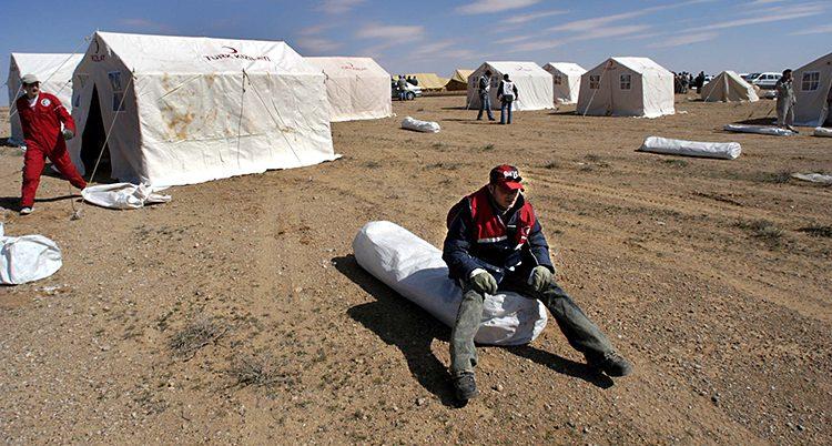 En man i ett flyktingläger i Syrien