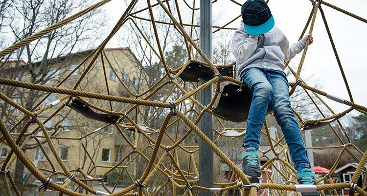 Ett barn i en lekpark