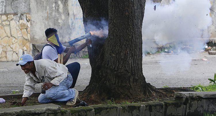 En demonstrant skjuter