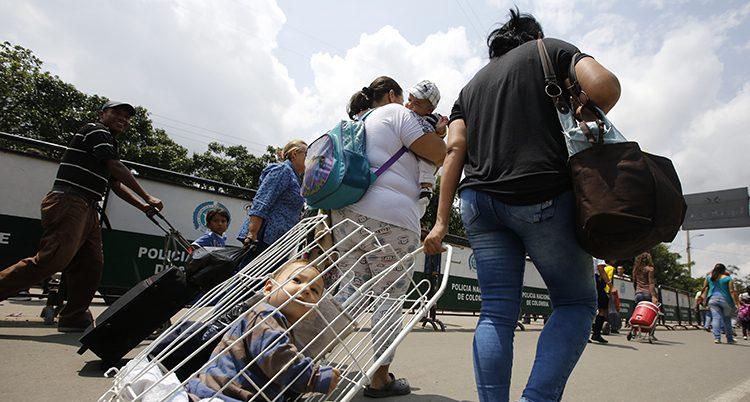 Människor lämnar Venezuela