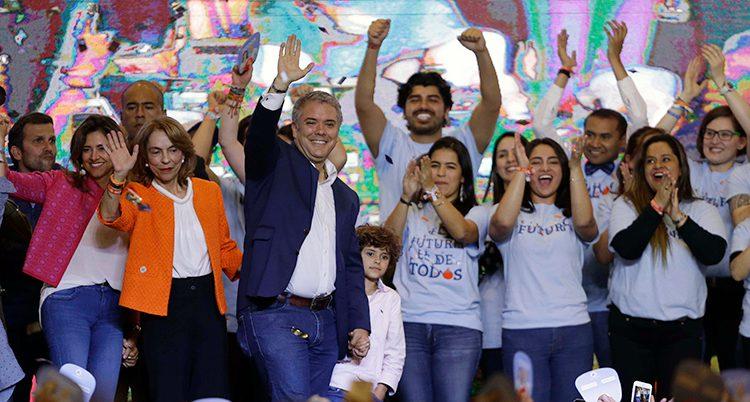 Presidenten jublar tillsammans med väljare