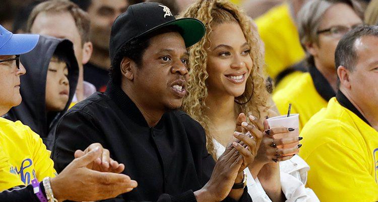 Jay-Z och Beyoncé i publiken på en basketmatch.