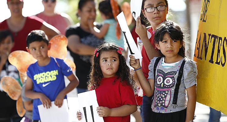 Människor som protesterar mot att barn skiljs från föräldrar vid USAs gräns.