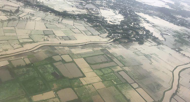 En flygbild på översvämmade fält.