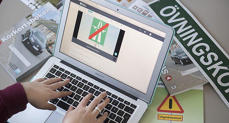 En person sitter vid en dator och gör ett körkortsprov.