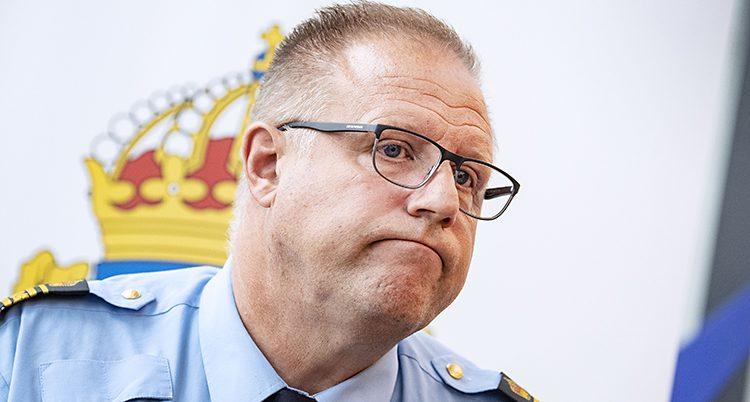 Polisen Stefan Sintéus på en presskonferens.